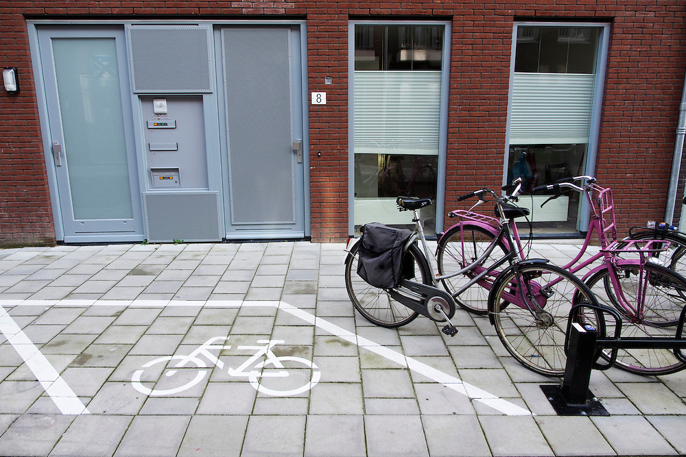 In Utrecht is naast een fietsenrek ook een ruimte aangegeven waar fietsen kunnen staan die niet (meer) in het rek passen.<br /> <br /> In Utrecht a spot is marked next to a bicycle rack for bikes that don't fit in the racks (anymore).