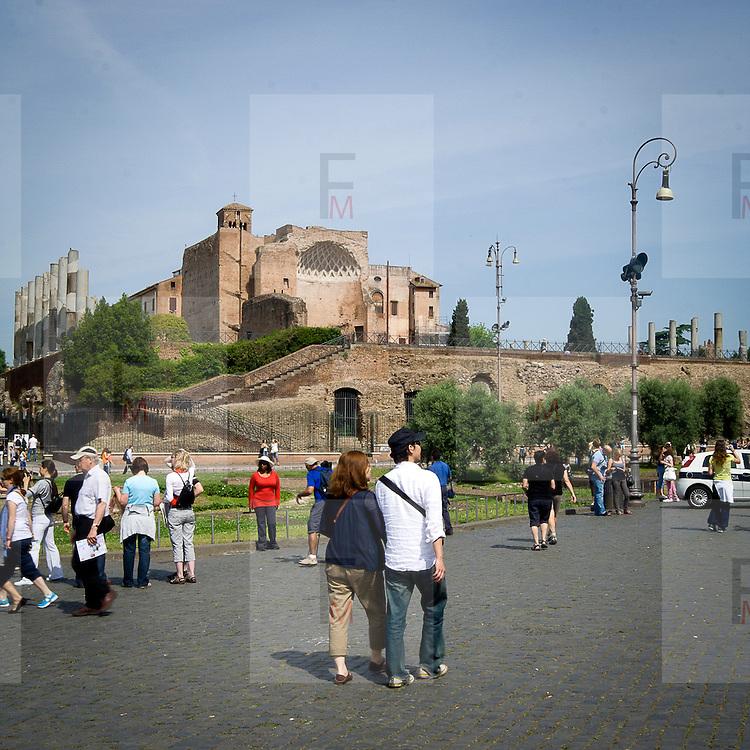 Turisti a Roma, sullo sfondo il Tempio di Venere<br /> <br /> Tourists in Rome the Temple of Venus in backgroud