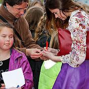 NLD/Amsterdam/20120401 - Premiere de Lorax, Marly van der Velden deelt handtekeningen uit