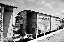vecchiio vagone di un treno merci oramai in disuso parcheggiato su di un binario morto  nella stazione ferroviaria Sud Est. Reportage che analizza le situazioni che si incontrano durante un viaggio lungo le linee ferroviarie delle Ferrovie Sud Est.
