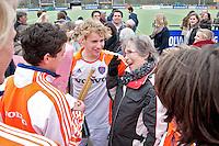 AERDENHOUT - 08-04-2012 -  De oma van Dennis Warmerdam raakte een dag eerder door een bal gewond en krijgt bloemen van het team zondag tijdens de wedstrijd tussen Nederland Jongens A en Spanje Jongens A (4-1) , tijdens het Volvo 4-Nations Tournament op de velden van Rood-Wit in Aerdenhout. FOTO KOEN SUYK