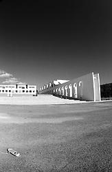 """La fotografia ritrae la parte anteriore di un edificio sorto di recente nel quartiere """"Salinella"""" di Taranto, caratterizzato da fenomeni di degrado urbanistico. """"La denominazione [...] del quartiere ìSalinellaî, nome della precedente 9? circoscrizione ora accorpatasi con la 6?, bisogna rifarsi agli scritti di Plinio il Vecchio, il quale indicava la presenza in questo territorio  di due laghi  da cui, al prosciugamento,  si poteva raccogliere un'ottima qualit? di sale. Quest'ultimo quartiere , una volta quasi desertificato con  coltivazioni solo di bambagia, ha richiesto un'attenzione particolare da parte dell'Amministrazione comunale, la quale negli anni 50? ha identificato questa area come possibile insediamento urbano per tutte quelle famiglie provenienti dalla Citt?  Vecchia e dal rione ìTamburiî, che vivevano in abitazioni fatiscenti e/o pericolanti. A tal fine, sorsero schiere di edifici di edilizia popolare, cercando altresÏ di provvedere anche a dotare il nascente quartiere di strutture da adibire ad attivit? socio-culturali che a tutt'oggi sono purtroppo ancora carenti anche se lo sviluppo edilizio sta caratterizzando in maniera positiva quest'area cittadina"""" (fonte http://www.comune.taranto.it/amministrazione/pagina.php?id=818)"""