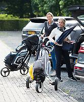 EEMNES - golfcar, parkeerplaats, uitladen, golftassen, Golfvrouw.nl  , wedstrijd op de Goyer.  COPYRIGHT KOEN SUYK