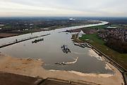 Nederland, Limburg, Gemeente Venlo, 15-11-2010; Lomm (voormalige gemeente Arcen en Velden). Zandzuiger aan het werk aan de hoogwatergeul  De geul zal in de komende jaren verder uitgegraven worden in het kader van bescherming tegen hoogwater. Door de geul ontstaan lagere waterstanden zowel ter plaatse als ook stroomopwaarts (foto in noordelijke richting, stroomafwaarts). In het gebied ontstaat verder nieuwe 'natte' natuur.  Lomm, flood channel in the making in the context of flood protection. The channel will be further excavated in the coming years, resulting in lower water levels (on site and upstream). The area will become new 'wet' nature. .luchtfoto (toeslag), aerial photo (additional fee required).foto/photo Siebe Swart
