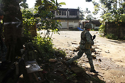 June 2, 2017 - A philippine soldier  secures a stronghold position in the village of Mapandi, in Marawi City, southern Philippines.  Anvancing their  positions to assault the Islamist Militant Maute group. (Credit Image: © Linus Guardian Escandor Ii via ZUMA Wire)