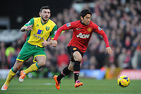 Norwich City's Robert Snodgrass (left) and Manchester United's Shinji Kagawa (right) battle for the ball.