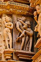 Inde, état du Madhya Pradesh, Khajuraho, site classé au Patrimoine Mondial de l'UNESCO, temple de Kandariya Mahadev, édifié entre 1025 et 1050 // India, Madhya Pradesh state, Khajuraho, Unesco World Heritage, the Khajuraho Group of Monuments is a group of Hindu temples and Jain temples, Kandariya Mahadev temple, built between 1025 and 1050