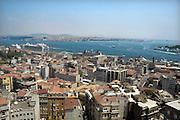 Turkije, Istanbul, 4-6-2011Uitzicht op de stad aan de Bosporus. Een cruiseschip ligt aangemeerd aan de kade. Aan de overkant het aziatische deel van de stad.Foto: Flip Franssen