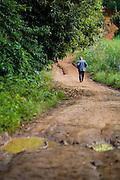 Muniz Freire_ES, Brasil...Homem caminhando em trecho da Rota Imperial...A man walking on dirt road, it is Imperial Route...Foto: LEO DRUMOND / NITRO