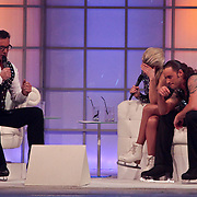 NLD/Hilversum/20110304 - Sterren Dansen op het IJs show 6, Gerard Joling en Vivienne Reijs met Nick Keagan op de bank