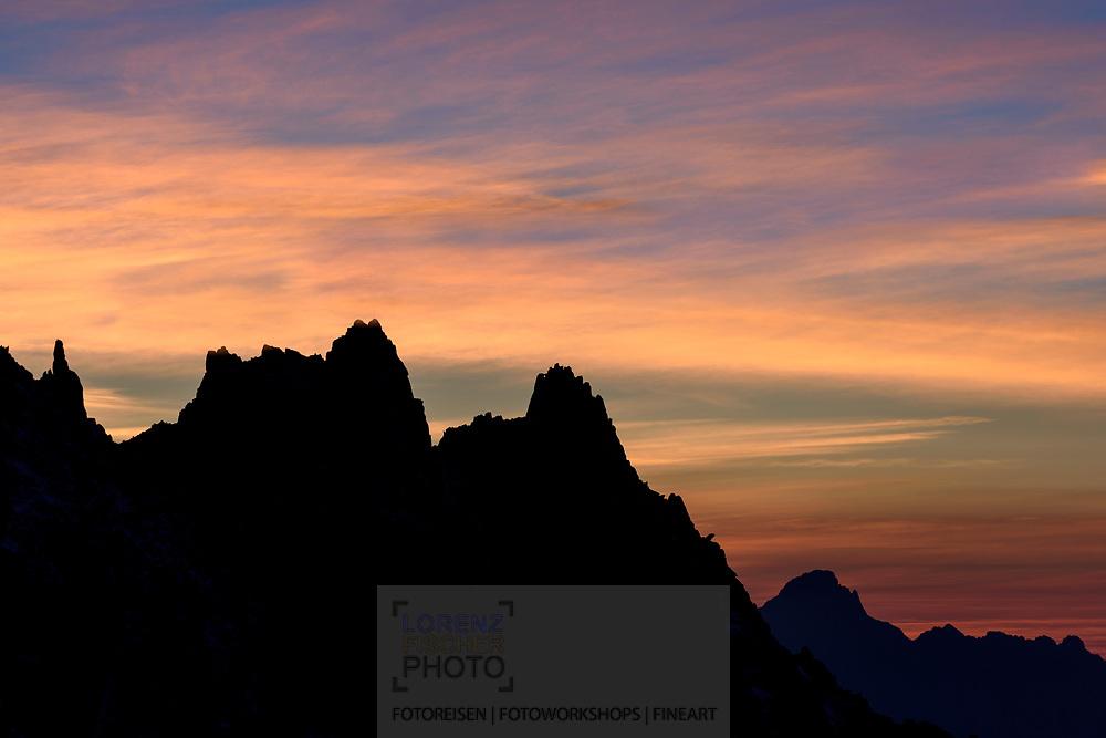 The ridge of Les Aiguilles de Chamonix at dusk, Chamonix, France / Impressionen beim Refuge du Couvercle am Fuss der Aiguille Verte über dem Mer de Glace an einem sehr schönen Herbsttag im September