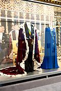 Ingehuldigd! De Oranjes en De Nieuwe Kerk. In de Nieuwe Kerk Amsterdam is een eenmalige tentoonstelling over de koninklijke inhuldigingen. Precies honderd dagen lang staan in de kerk de feestelijke en plechtige inhuldigingen van zeven generaties Oranjes centraal. Van de koningen Willem I, II en III, de koninginnen Wilhelmina, Juliana en Beatrix tot en met koning Willem-Alexander.<br /> <br /> Inaugurated! The Orange and New Church. In the New Church Amsterdam is a one-time exhibition on the royal investitures. Exactly one hundred days in the Church the festive and solemn inaugurations of seven generations of Orange Central. The kings William I, II and III, the queens Wilhelmina, Juliana and Beatrix to King Willem-Alexander.<br /> <br /> Op de foto / On the photo:  Koningsmantel en rokkostuum van koning Willem-Alexander en de jurk van koningin Máxima van coutierJan Taminiau<br /> <br /> King Cloak and suit of King Willem-Alexander and the dress of Queen Máxima of  coutierJan Taminiau