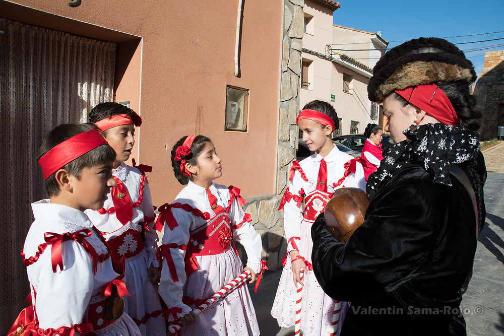 Cetina, Spain. 19th May, 2017. The 'Mayoral' (R) talking with some dancers before the festivity.