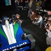 NLD/Rotterdam/20060418 - Persconferentie Rotterdam Racing 2006, F1 Midland coureur Christijan Albers, fotografen, poseren