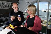 Harbour porpoise Phocoena Phocoena Fjord & Baelt - Auf dem ersten Bild bin ich mit Associate Professor Lee A. Miller von der SDU und wir unterhalten uns über die richtige Auswahl des geeigneten Hydrophones. Das Hydrophone was er in der Hand hat ist ein sehr sensitives und breitband Hydrophone. Sehr gut für Hintergrundgeräuschanalysen, da es jeden kleinsten Piep und Bums und Summen aufnimmt. Nicht so gut geigent für die Lautafnahmen von Schweinswalen, aber eines der wichtigsten Instrumente in der Unterwasserakustik, da man alle gesammelten Daten im Verhältnis zum Hintergrundslärm betrachten muss.
