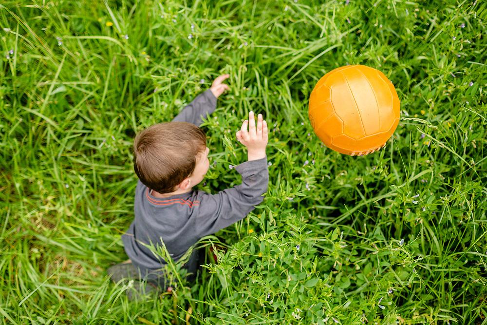 Jugar i divertir-se és important a l'hora de fer una sessió infantil de fotos.