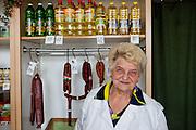"""Marie Kochtova, 80 Jahre alt, Verkäuferin in einem Tante-Emma-Laden der böhmischen Kleinstadt Lysa nad Labem rund 35 Kilometer nordöstlich von Prag...""""Die Europäische Union sollte uns helfen, aber ich merke davon wenig. Wir als Privatmenschen oder als Kleinunternehmer bekommen keine Hilfe von der EU und fühlen uns eher wie gerupft. Die fressen uns, wir bekommen nichts. Reisen können wir auch nicht mehr, und daher helfen uns diese Vorteile der EU nicht - wie der Euro und ein grenzenloses Reisen in Europa. Aber sagen wir einfach: Die EU und das alles, das passt uns schon. Natürlich gehe ich zu den Europawahlen am 5./6. Juni - das muß man doch. Damit dort auch etwas von uns ist. So haben wir die Möglichkeit, unsere Leute in das EU-Parlament zu bekommen. Damit das Ganze irgendwie gut ausgeht. Jetzt gerade schreibt der (bürgerliche Ex-Regierungschef Mirek) Topolanek """"Wählt mich"""", der (sozialdemokratische Oppositionsführer Jiri) Paroubek war auch in Nymburk auf einer Wahlveranstaltung. Natürlich wünschen wir ihnen Erfolg, weil es junge Leute sind...Wenn wir schon in der EU sind, muß man das auch unterstützen - da kann man jetzt nichts anderes mehr machen. Von dem neugewählten EU-Parlament erwarte ich, dass alles besser wird und dass die Politiker sich zu den Bürgern normal verhalten - mehr ist nicht notwendig."""""""