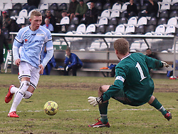 FODBOLD: Casper Sørensen (Helsingør) scorer bag målmand Kasper Thorsøe (HB Køge) under kampen i Danmarksserien, pulje 1, mellem HB Køge og Elite 3000 Helsingør den 1. april 2010 på Køge Stadion. Foto: Claus Birch