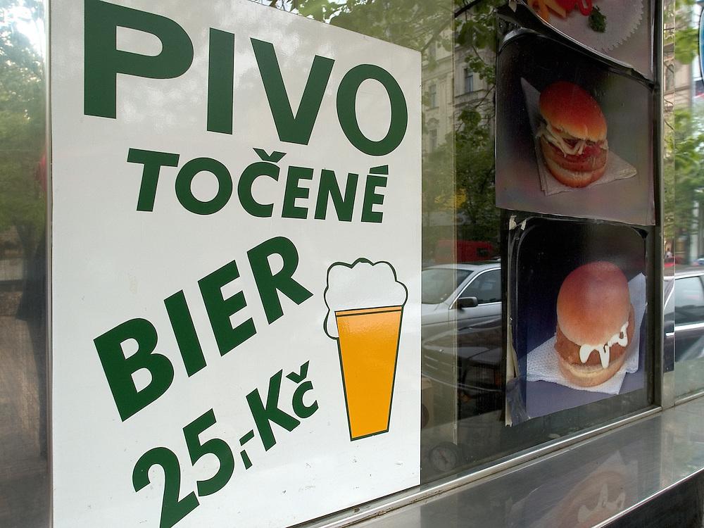 Werbung für gezapftes Bier (pivo) und Hamburger an einem Imbiss auf dem Wenzelsplatz im Stadtzentrum von Prag. <br /> <br /> Advertisement for draught beer (pivo) and hamburgers at a refreshment on Wenceslas Square in the Prague city centre.