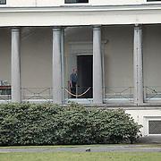Prins Bernhard wandelt door de gang Paleis Soestdijk