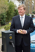 Koning Willem-Alexander bij de lancering bij van een nieuw energie- en mobiliteitssysteem, ontwikkeld door samenwerkingsverband We Drive Solar en Renault. <br /> <br /> King Willem-Alexander at the launch of a new energy and mobility system, developed by partnership We Drive Solar and Renault.