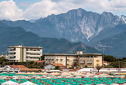 THEMENBILD - Touristen am Strand und im Meer mit Hotels und Berge der Toskana, aufgenommen am 24. Juni 2018 in Viareggio, Italien // Tourists on the beach and in the sea with hotels and mountains of Tuscany, Viareggio, Italy on 2018/06/24. EXPA Pictures © 2018, PhotoCredit: EXPA/ JFK