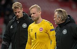 En groggy Kasper Schmeichel  (Danmark) forlader banen med målmandstræner Lars Høgh under kampen i Nations League mellem Danmark og Island den 15. november 2020 i Parken, København (Foto: Claus Birch).