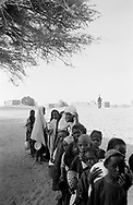 MALI. Taboye. 21/12/1985: Food distribution by the Red Cross.