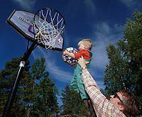 ILLUSTRASJONSFOTO - Åpning av ny basketballbane på Tangen i Drammen. En pappa løfter sønnen sin opp til basketkurven. - Foto: Andreas Fadum, Digitalsport