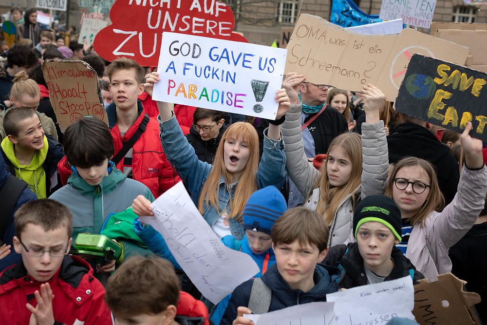 Fridays For Future: Mehrere hundert SchülerInnen und Studierende beteiligen sich in Berlin am Schulstreik für mehr Klimaschutz. Die Demonstranten fordern, die Ziele des Pariser Klimaabkommens einzuhalten und die Erderwärmung auf 1,5 Grad zu begrenzen. Vorbild für die Streikenden ist die schwedische Schülerin G r e t a  T h u n b e r g, die bereits seit Monaten jeden Freitag vor dem schwedischen Parlament für Klimaschutz protestiert. Demonstrantin mit Schild: God gave us a fuckin Paradise!<br /> <br /> [© Christian Mang - Veroeffentlichung nur gg. Honorar (zzgl. MwSt.), Urhebervermerk und Beleg. Nur für redaktionelle Nutzung - Publication only with licence fee payment, copyright notice and voucher copy. For editorial use only - No model release. No property release. Kontakt: mail@christianmang.com.]