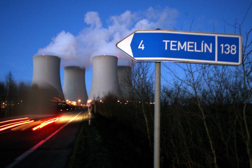 Temelin/Tschechische Republik, CZE, 11.12.06: Entweichende Dampfschwaden aus den Kühltürmen des Atomkraftwerks Temelin in Abendstimmung mit Ortsschild.<br /> <br /> Temelin/Czech Republic, CZE, 11.12.06: View on exhalation of Temelin NPS cooling towers during later evening with a road sign.