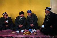 Ouzbekistan, region de Fergana, Kokand, hommes ouzbeks dans une Tchaikhana, maison de thé traditionnelle // Uzbekistan, Fergana region, Kokand, Uzbek men in a Tchaikhana, traditional tea house