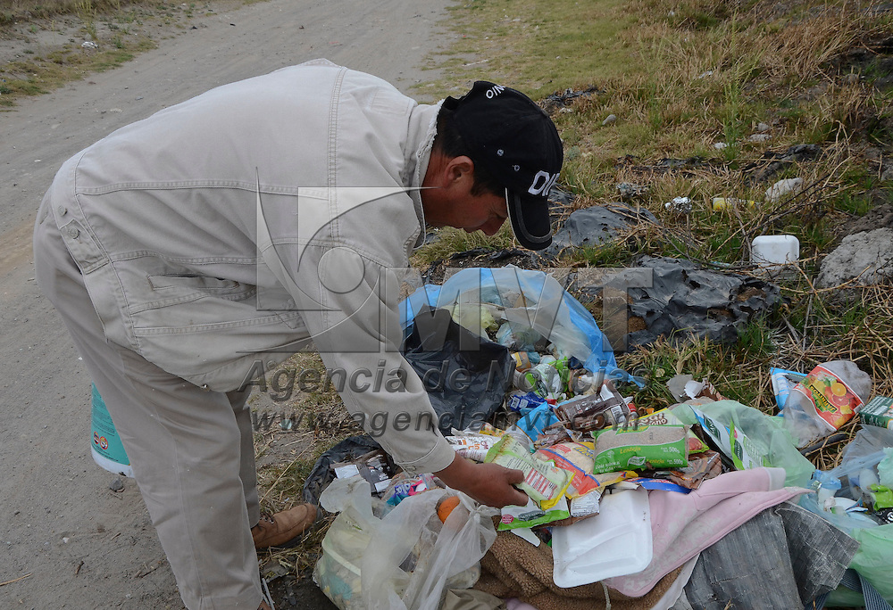 Metepec, México (Abril 25, 2016).- Varias bolsas con alimentos de la canasta básica que son dados a la gente por autoridades estatales o municipales, fueron tiradas en la calle Matamoros del Barrio de San Mateo, del municipio de Metepec, cerca de La Pila.  Agencia MVT / José Hernández.