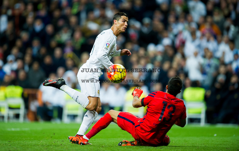 MADRID, SPAIN - NOVEMBER 21:  Cristiano Ronaldo of Real Madrid duels for the ball with Claudio Bravo of Barcelona during the La Liga match between Real Madrid CF and FC Barcelona at Estadio Santiago Bernabeu on November 21, 2015 in Madrid, Spain.  (Photo by Juan Manuel Serrano Arce/Getty Images)