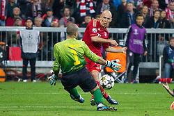 23-04-2013 VOETBAL: UEFA CL SEMI FINAL FC BAYERN MUNCHEN - FC BARCELONA: MUNCHEN<br /> Arjen Robben (FCB #10) ueberwindet Victor Valdes (Barcelona #1) zum 3-0 to<br /> ***NETHERLANDS ONLY***<br /> ©2013-FotoHoogendoorn.nl