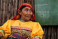 Retrato de Mujer.  La  isla de Ustupu, perteneciente a la comarca indígena  Guna Yala,  forma parte del archipiélago de 365 islas a lo largo de la costa caribe noreste de Panamá..En Ustupu se genero la  Revolución Guna  en 1925, en la que los indígenas Gunas se defendieron ante las autoridades panameñas, que obligaban a los indígenas a occidentalizar su cultura a la fuerza. los Gunas con el aval del gobierno panameño, crearon un territorio autónomo llamado comarca indígena de Guna Yala, para garantizar la seguridad de la población y cultura Guna..(Ramón Lepage).La  isla de Ustupu, perteneciente a la comarca indígena  Guna Yala,  forma parte del archipiélago de 365 islas a lo largo de la costa caribe noreste de Panamá..En Ustupu se genero la  Revolución Guna  en 1925, en la que los indígenas Gunas se defendieron ante las autoridades panameñas, que obligaban a los indígenas a occidentalizar su cultura a la fuerza. los Gunas con el aval del gobierno panameño, crearon un territorio autónomo llamado comarca indígena de Guna Yala, para garantizar la seguridad de la población y cultura Guna..(Ramón Lepage).