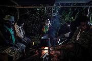 Pendant deux jours,  toutes les familles et les clans alliés du père, les clans unis par les liens du sang, ceux de la chefferie et le clan des oncles maternels du père du défunt suivent le rituel des lamentations, prononcent la Parole et offrent le don au défunt. Des abris sont construit en extérieur pour l'accueil des familles. - Tribu de Tendo - Hienghene - Nouvelle Calédonie - Aout 2013