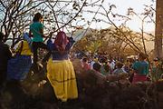 Mujeres huicholes junto con la gente del pueblo observan la bienvenida de los peregrinos que llegan al pueblo acompañados de Cristo Jesús de Nazareno en Huaynamota, Nayarit.