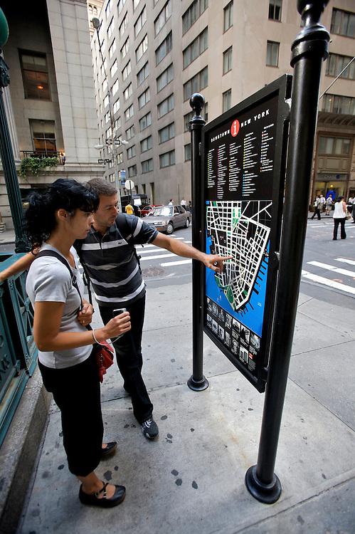 UNITED STATES-NEW YORK-Tourists..VERENIGDE STATEN-NEW YORK. Toeristen bestuderen een plattegrond op Wall Street. PHOTO COPYRIGHT GERRIT DE HEUS