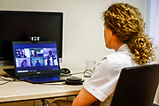 Zwolle, 6-1-2021 ,Isala Ziekenhuis<br /> <br /> Koning Willem Alexander tijdens een digitaal werkbezoek aan het Isala Ziekenhuis in Zwolle in het kader van de bestrijding van het coronavirus. De Koning ging tijdens zijn online bezoek in gesprek over de actuele ontwikkelingen in het topklinisch ziekenhuis tijdens de tweede golf van de coronapandemie.