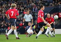 Fotball<br /> Foto: SBI/Digitalsport<br /> NORWAY ONLY<br /> <br /> Skottland v Norge<br /> 09.10.2004<br /> <br /> Scotland's Paul Dickov (C) fires his shot straight at the Norwegian goalkeeper.