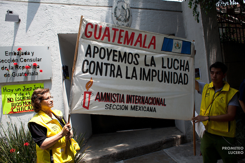 Members of Amnesty International in Mexico protest in front of the Embassy of Guatemala in Mexico on May 28th, 2013, in solidarity with the victims of violence in that country and in protest against the falloff of the first sentence to ex-president general José Efrain Ríos Montt, initially condemned to 80 years for genocide and crimes against humanity. (Photo: Prometeo Lucero)