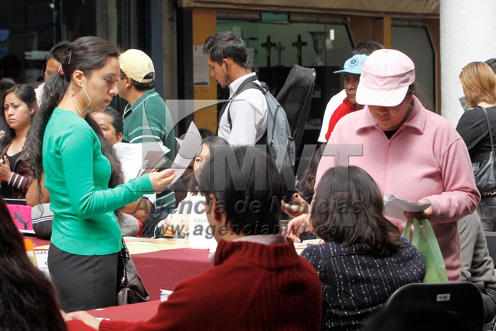 """TOLUCA, México.- Personas de todas las edades acuden a los """"Martes de Empleo"""" en donde empresas de diversos ramos ofrecen diversas vacantes a las personas en busca de un empleo. Agencia MVT / Crisanta Espinosa. (DIGITAL)"""