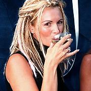 Opening modewinkel Pascha Alkmaar door Leontien Ruiters drinkend aan de champagne