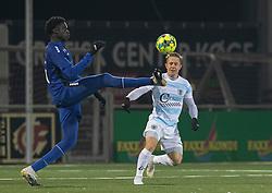 Noble Okello (HB Køge) og Jeppe Kjær (FC Helsingør) under kampen i 1. Division mellem HB Køge og FC Helsingør den 4. december 2020 på Capelli Sport Stadion i Køge (Foto: Claus Birch).