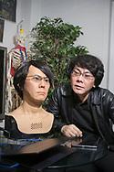 Professor Hiroshi Ishiguro och en version av roboten Geminoid som ser ut som honom själv. Den första versionen tillverkade han 2006. Osaka University, Japan<br /> (Geminoid HI-5)<br /> <br /> <br /> Professor Hiroshi Ishiguro together with the robot Geminoid HI-5. Osaka University, Japan<br /> <br /> Photographer: Christina Sjögren<br /> Copyright 2018, All Rights Reserved