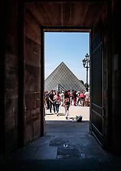 THEMENBILD - Blick auf die Glaspyramide des Louvre Museums durch einen Seiteneingang, aufgenommen am 09. Juni 2016 in Paris, Frankreich // View of the glass pyramid of the Louvre Museum through a side entrance, Paris, France on 2016/06/09. EXPA Pictures © 2017, PhotoCredit: EXPA/ JFK
