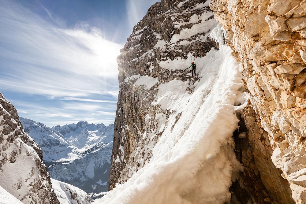 Skibergsteiger seilt sich ab, Neue-Welt-Abfahrt, Zugspitzmassiv. Im Hintergrund Mieminger Gebirge, Ehrwald, Tirol, Österreich * Ski mountaineer, rappeling Neue-Welt-descent, Zugspitze, overlooking Mieminger mountains, Ehrwald, Tirol, Austria