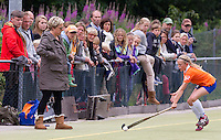 BUSSUM - Nederlandse D kampioenschappen Hockey bij Hockeyclub Goosche in Bussum.  Ouders langs de lijn.  links Philipina de Nooijer. COPYRIGHT KOEN SUYK