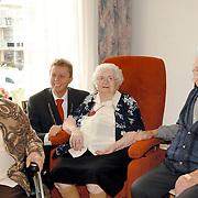 NLD/Huizen/20061027 - Burgemeester van Gils bezoekt mw De Boer-Schaap 101ste verjaardag Voor Anker Huizen